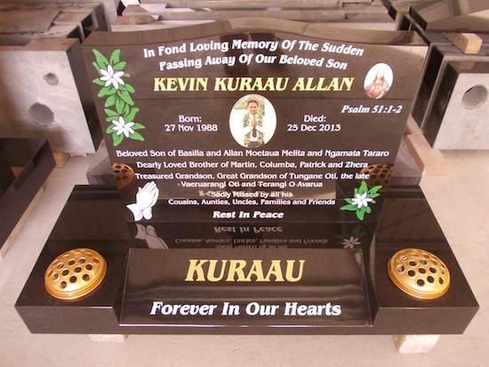 S 600X450 SADDLE PLATE ON STANDARD BASE WITH TIARA MOARI FLOWERS PRYAING HANDS AND PHOTO CERAMIC OF JESUS