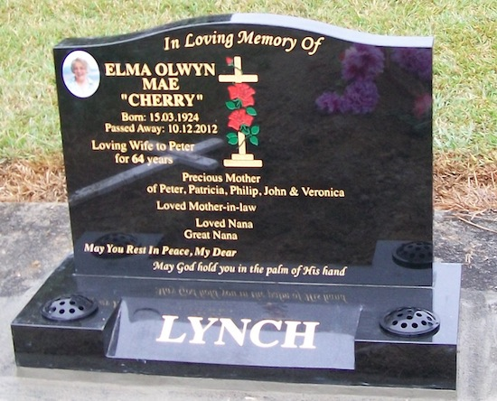 S 700X550 SADDLE HEADSTONE ON SPLAY BASE WITH ALL GOLD LEAF LETTERING