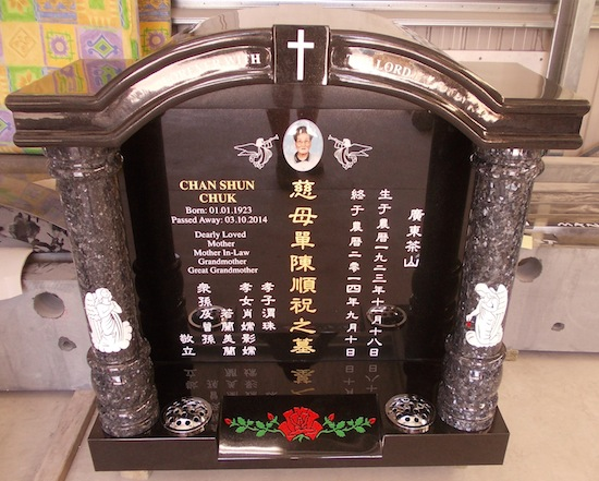 T SPECIAL LUXURY TEMPLE HEADSTONE IN BLACK GRANITE WITH BLUE PEARL PILLARS WITH ASIAN LETTERING AND RED ROSE ARTWORK